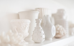 mensola con vasi bianchi_garance dore